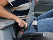 Woman puts on seatbelt. Photo: Wikicomms